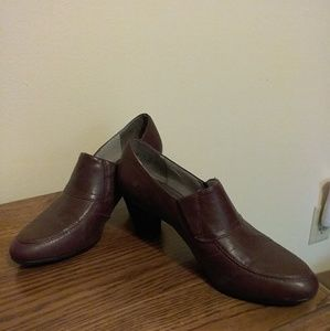 "Naturalizer burgundy size 9.5, 2.5"" heel shoes"
